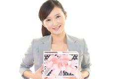 kobieta dar uśmiechnięta Zdjęcie Royalty Free