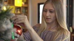 Kobieta dekoruje choinki z piłkami zbiory