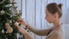 Kobieta dekoruje choinki z zabawkami zbiory
