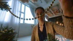 Kobieta dekoruje choinki z zabawkami zbiory wideo
