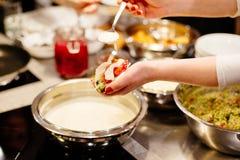 Kobieta dekoruje meksykańskiego taco i je zdjęcie stock