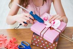 Kobieta dekoruje prezenta pudełko dla specjalnej okazi Fotografia Stock