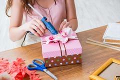 Kobieta dekoruje prezenta pudełko dla specjalnej okazi Obraz Stock