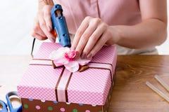 Kobieta dekoruje prezenta pudełko dla specjalnej okazi Obrazy Royalty Free