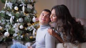 Kobieta delikatnie ściska jej mężczyzna w domu, romantyczni momenty na wigilii nowy rok zbiory