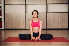 Kobieta demonstruje Sukhasana lub Łatwą joga pozę Fotografia Stock