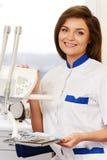 Kobieta dentysta z stomatologicznymi narzędziami Obraz Royalty Free