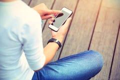 Kobieta deskorolkarza use telefon komórkowy bierze fotografię Zdjęcia Royalty Free