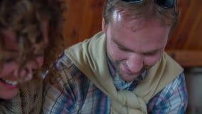 Kobieta dmucha mąkę w mężczyzna twarzy zdjęcie wideo