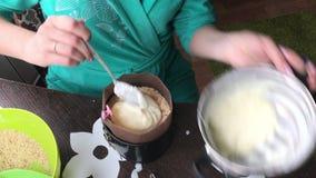 Kobieta dodaje custard foremka Gotować tort ciastko kruszki i dojna galareta zbiory wideo