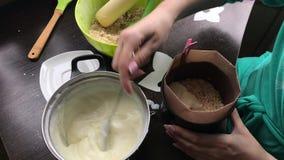 Kobieta dodaje custard foremka Gotować tort ciastko kruszki i dojna galareta zbiory