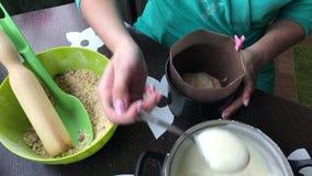 Kobieta dodaje custard foremka Zakłóca z łyżką na powierzchni ciastko Gotować tort ciastko kruszki i dojna galareta zdjęcie wideo