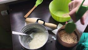 Kobieta dodaje gąbka tort tortowa foremka Gotować tort ciastko kruszki i dojna galareta Na powierzchni stół jest ingredie zdjęcie wideo