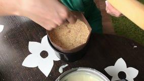 Kobieta dodaje gąbka tort tortowa foremka Gotować tort ciastko kruszki i dojna galareta Na powierzchni stół jest ingredie zbiory wideo