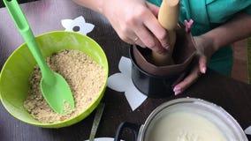 Kobieta dodaje kruszki foremka Gotować tort ciastko kruszki i dojna galareta zbiory wideo