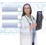 Kobieta Doktorska lub pielęgniarki mienia guzika radiologiczny Czytelniczy Pusty panel Obrazy Stock