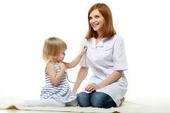 Kobieta doktorski i mały pacjent. Pediatrie. zdjęcie stock