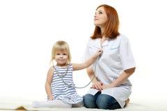 Kobieta doktorski i mały pacjent. Pediatrie. zdjęcia stock
