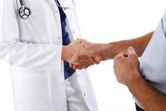 Uścisk dłoni - lekarka i mężczyzna Zdjęcia Royalty Free