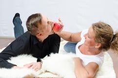 Kobieta dokucza mężczyzna z jabłkiem zdjęcia stock