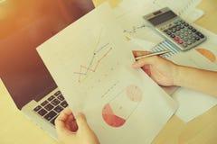 kobieta dokumenty na biuro stole z laptopu i wykresu b Obraz Royalty Free