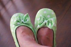 Kobieta domu zieleni miękcy kapcie na podłogowym tle Kobiety ` s iść na piechotę w zielonych miękkich kapciach obraz stock