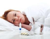 Kobieta dostać grypę - sprawdzać jej temperaturę Fotografia Stock