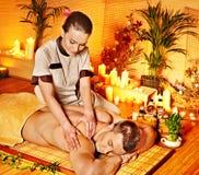 Kobieta dostaje bambusowego masaż. Zdjęcia Stock