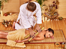Kobieta dostaje bambusowego masaż Fotografia Royalty Free