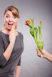 Kobieta dostaje bukiet tulipany od mężczyzna Fotografia Stock