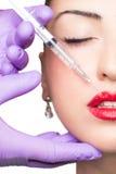 Kobieta dostaje kosmetycznego zastrzyka kąpielowy piękna składu olej mydli traktowanie Obrazy Royalty Free