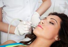 Kobieta dostaje laserowego twarzy traktowanie Zdjęcie Royalty Free
