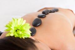 Kobieta dostaje lastone masaż Obrazy Royalty Free