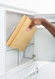Kobieta Dostaje listy Od skrzynki pocztowa Obrazy Royalty Free