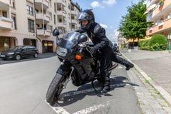 Kobieta dostaje na czarnym motocyklu fotografia stock