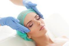 Kobieta dostaje obmacywanie masażu traktowanie Odtwarzanie, odmładzanie, zdrowie, masaż, Leczniczy pojęcie obraz royalty free