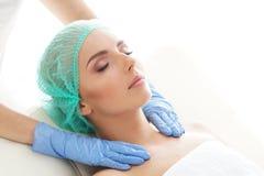 Kobieta dostaje obmacywanie masażu traktowanie Odtwarzanie, odmładzanie, zdrowie, masaż, Leczniczy pojęcie obraz stock