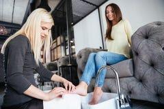 Kobieta dostaje pedicure i relaksuje przy piękno salonem Zdjęcia Royalty Free