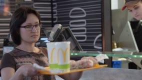 Kobieta dostaje rozkaz w McDonald zdjęcie wideo