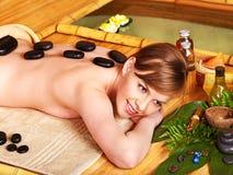 Kobieta dostaje terapia kamiennego masaż. Obrazy Royalty Free