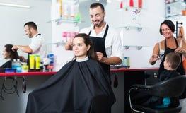 Kobieta dostaje uczesanie męski fryzjer Zdjęcie Royalty Free