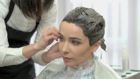 Kobieta dostaje włosy farbujący zbiory wideo