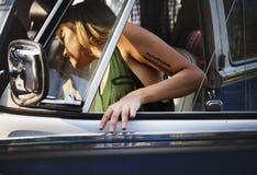 Kobieta Dostaje w samochodzie na miejsce na przedzie Samochodowa wycieczki samochodowej podróż Zdjęcia Stock