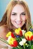 Kobieta dostawać kwiaty Obrazy Stock