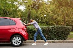 Kobieta dosunięcie łamający samochód na drodze obraz stock