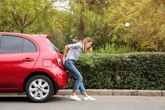 Kobieta dosunięcie łamający samochód na drodze zdjęcia stock