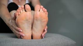 Kobieta dotyka cieki, nogi i kostki jej, masa? zdjęcie wideo
