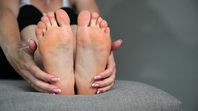Kobieta dotyka cieki, nogi i kostki jej, masa? zbiory wideo