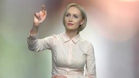 Kobieta dotyka cyfrowy parawanowy interfejs zbiory