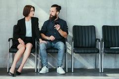 Kobieta dotyka mężczyzny pracy napastowanie kolanowy uwiedzenie obraz stock